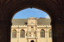 牛津城里面有大大小小的学院,其中关于宗教的几个学院都是比较出名的,基督教堂学院就是其中之一,如果你只