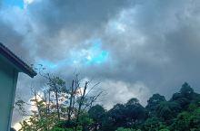 七月的天空总是显得沉闷