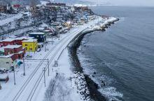 朝里  沿海的彩色小镇 像童话里的美好 踩着白雪看着海 就只有我们两儿 这里的冬天是我们从未见过的