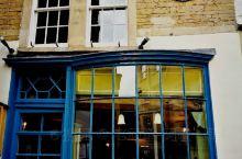 从半山坡皇家新月楼下来,又回到了小城中心,在罗马浴场附近有家著名历史悠久的面包店,一问当地人便知。英