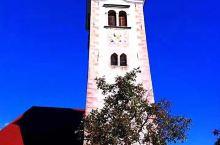 斯洛文尼亚的首都、卢布尔雅那,在秀丽的阿尔卑斯山脚下,雪山融化的布莱德湖,湖水深蓝。湖上的小教堂,和