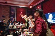 在《龙州媚》MV剧组在杀青宴后,到龙州县的好声音歌厅唱歌,都是搞文艺的,唱歌都厉害,气氛很热烈。