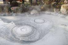 鬼石坊主地狱在别府八大地狱中别具特色,地狱旁边还有一个在营业的可以供游客泡的温泉,很有特色。鬼石坊主