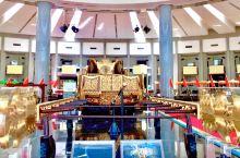 文莱的苏丹纪念馆。最夺人眼球的苏丹登基时,乘坐的,长达十多米的纯金马车,金光灿灿、