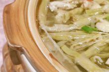 杭州的笋是当地的特色食材,而用笋加工而成的笋干也尤为特色,更值得一试的是用高山上的石笋加工而成的石笋