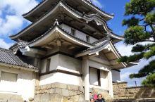 玉藻公园,日本四国高松的海港公园,前身是高松城之所在地,现城已不在,祗剩下城基、城牆及部份角楼之遺址