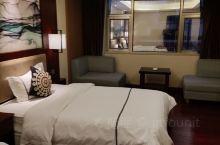 5.1号入住的荔波乐城酒店。酒店在繁华地段。停车场不在酒店的楼下,打电话给客服问一下,他们会派人带着