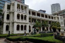 香港1881 Heritage商业中心的建筑是前水警总部主楼和马厩,因建于1881年而得名,它的外貌