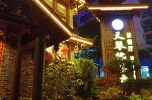 北京京驰文旅出品的音乐电影MV《龙州媚》在摄制杀青后,从龙州八角乡后山茶茶园下来,天都黑了,回到龙州