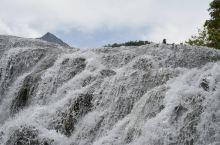 珍珠滩瀑布,海拔2433m,均高21m,瀑宽270m,从瀑顶呈珍珠状喷泻而下,水声激荡,气势磅礴!是