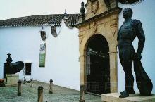 来到西班牙必然会想起斗牛,这项风靡西班牙全国的著名竞技,不知迷倒了多少来自世界各地的游客。在西班牙境