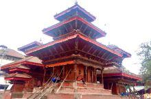 加德满都的杜巴广场上,有几十座红砖建的寺庙,也连着集市。三重屋檐的独木庙,许多人喜欢坐在台阶上,俯瞰