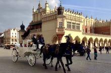 克拉科夫是波兰的古都,因拥有欧洲最大的集市广场而闻名。确切地说,它就是一个杰出的建筑群城市。因为未遭