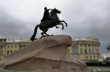 十二月党人广场,坐落在圣彼得堡的涅瓦河岸,邻近海军司令部大楼。 它(площадь Декабрис