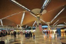 据2020年6月马来西亚机场官网显示,吉隆坡国际机场共有2座航站楼和2座卫星厅,面积共85.9845