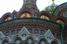 """圣彼得堡的滴血大教堂是典型的东正教教堂,可以看到教堂的不同的顶部镶崁着很多""""洋葱头""""圆顶,这些圆顶大"""