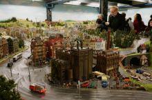 汉堡微缩景观世界内15000千米长的铁轨,可令15000个车皮驶达目的地,为此,5000座房屋和桥梁