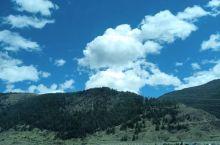 美丽的川西高原风光,蓝天白云晴空万里,青山绿水相互辉映,看起来就让人心驰神往。