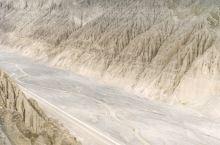 天山雨雪及河水经年不息地冲刷,在这块平整的土地上冲刷出了一个百米多深的大峡谷。奎屯河出山后切割倾斜平