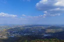 站在当涂最高峰大青山,欣赏大青山的美景。