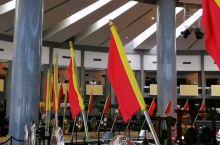 苏丹纪念馆里,全黄金打造的皇帝登基马车和盾牌、枪,文莱真有钱!