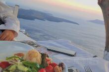 那晚在圣托里尼吃晚饭的时刻绝对是这一场旅行的高光时刻-对我来说亦然,那一顿晚餐可以在我的记忆里留存很
