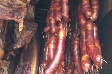 菜品介绍 四川腊肉,历史悠久,中外驰名。顾名思义,腊肉即是腊月间烟熏过后的咸肉。临冬猪肥,乡民宰杀年