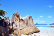 塞舌尔,印度洋上的岛国,以最美的海滩而闻名,风景漂亮得像幅画一样。马埃岛造型独特的岩石,线条优美。犹