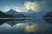 青藏高原总的地势由西北向东南倾斜,地形复杂多样、景象万千,有高峻逶迤的山脉,陡峭深切的沟峡以及冰川、