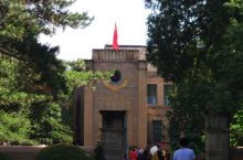 杨家址草命旧址位于延安城西北两公里,是中共中央驻地旧址,党的七大就在这里的中央大礼堂召开,延安文艺座
