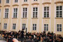 布拉格广场上的中学生管乐团表演