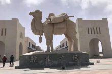 这里外围风景非常的优美,特别好的风景,骆驼屹立在广场的正中央,宏伟博大,十分的壮观,在这里的周围能看