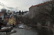 """从地图上看,伏尔塔瓦尔河是通到布拉格的,但在克鲁姆洛夫,依着山势,几乎弯成一个""""项圈"""",像个""""Ω"""","""