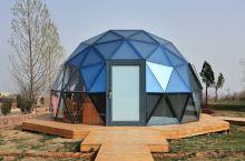 今晚浪漫一次,入住700多元的星空玻璃房。  这是伏羲山景区的星空营地,位于高山之巅。玻璃房晶莹梦幻