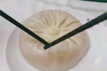 南园宾馆《舌尖1》蟹黄汤包篇的取景地 靖江蟹黄汤包是江苏省泰州市靖江市的一种特色传统名点,属于苏菜系