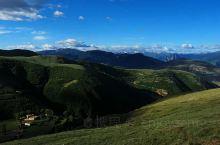 白日山位于四川省甘孜州道孚县,距县城很近,实际上就在城边上,不过要上去最高处垭口,汽车还得开近一个小