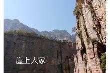 """郭亮村—依山势坐落在千仞壁立的山崖上,地势险绝,景色优美,以奇绝水景和绝壁峡谷的""""挂壁公路""""闻名于世"""