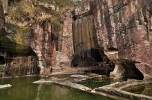 蛇蟠岛上野人洞爬爬也不太累 蛇蟠岛上蛇蟠石,红红的很漂亮,几百年的开采历史现在保护不能再挖了,原来岛