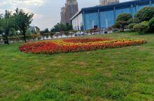 天高云淡,绿树红花,青草茵茵,美丽清净。