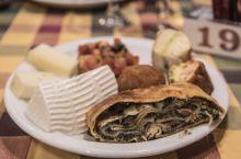 传统家常菜肴餐厅,餐厅室内外加起来超大,但在旺季用餐时间还是人满为患。菜色不算精致,但重在量大价格便