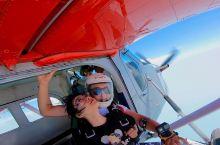 蓝天白云跳伞