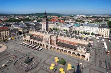 中央集市广场位于克拉科夫的旧城区,不仅是欧洲最大的中世纪小镇广场,而且是波兰主要的旅游景点之一。中央