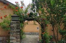 富川茅草屋度假农庄 每一幢房子一个风景,清晨在清脆的小鸟吱吱喳喳的叫声中自然醒,到阳光餐厅吃个早餐,