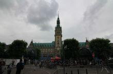 汉堡市政厅位于德国汉堡市风光秀丽的内阿尔斯特湖边,它背靠证券交易所,东连内阿尔斯特湖连拱走廊。汉堡市