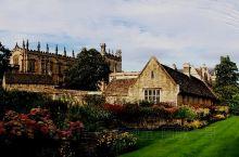 牛津为英国最具有学木气质城市,大学城里没有围墙和校门,城市和大学连成一个整体。牛津的大学是世界上最受