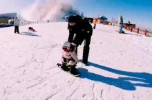 萌娃滑雪啦!