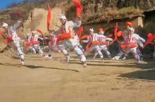 """安塞腰鼓是陕西省的传统民俗舞留。表演可由几人或上千人一同进行,气势,表现力极强人醉,被称为""""天下第一"""