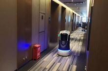 酒店设施齐全,前台安娜小姐姐服务态度很好很热情,酒店还有专门送餐的机器人。