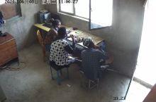 非洲保安吃英吉拉午餐