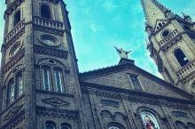东门天主堂 坐落在洪洞县县城的中心广场旁边,曾于1958年被拆除,2002年左右依据原样重建,教堂整